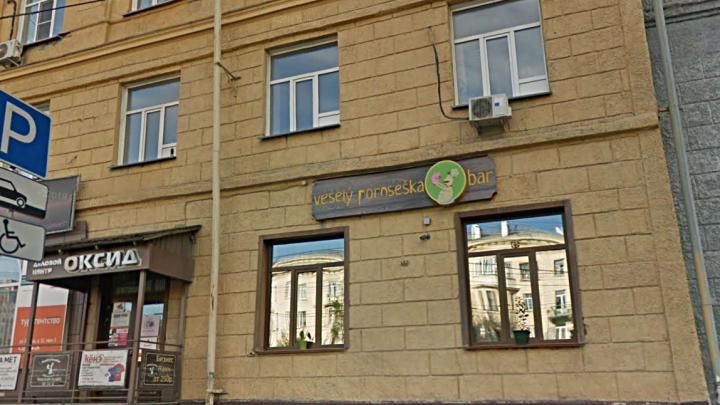 Четыре новосибирца съели еду из бара и попали в больницу с гепатитом А