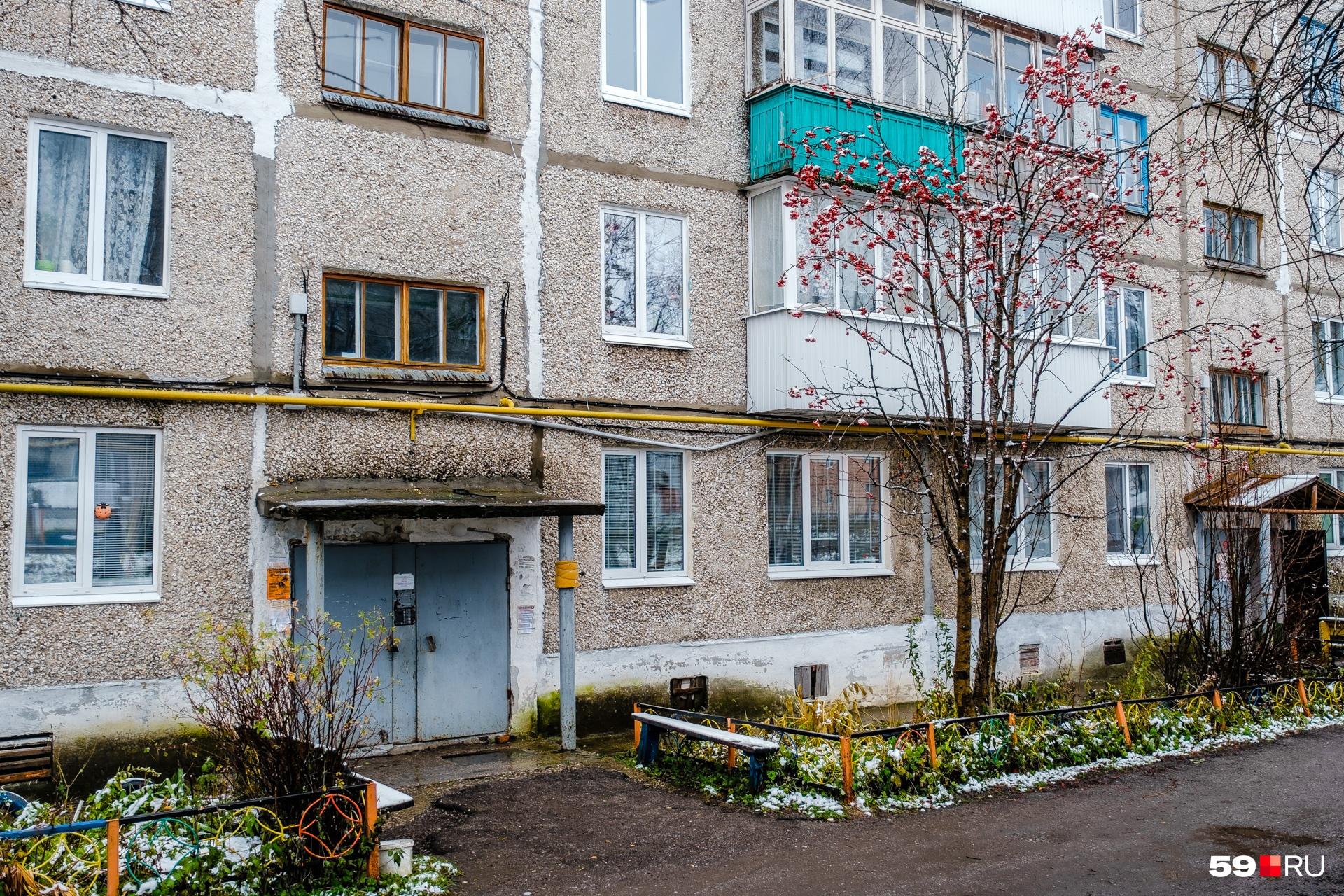 В этот дом в Кизеле переселили одного из жителей Шахты — Владимира Афанасьевича