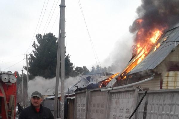 Очевидцы заметили пожар утром около 6 часов