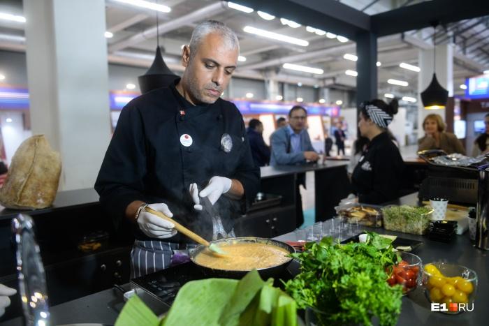 Шеф-повар из Стамбула Самет угощал гостей «Иннопрома» турецкой едой
