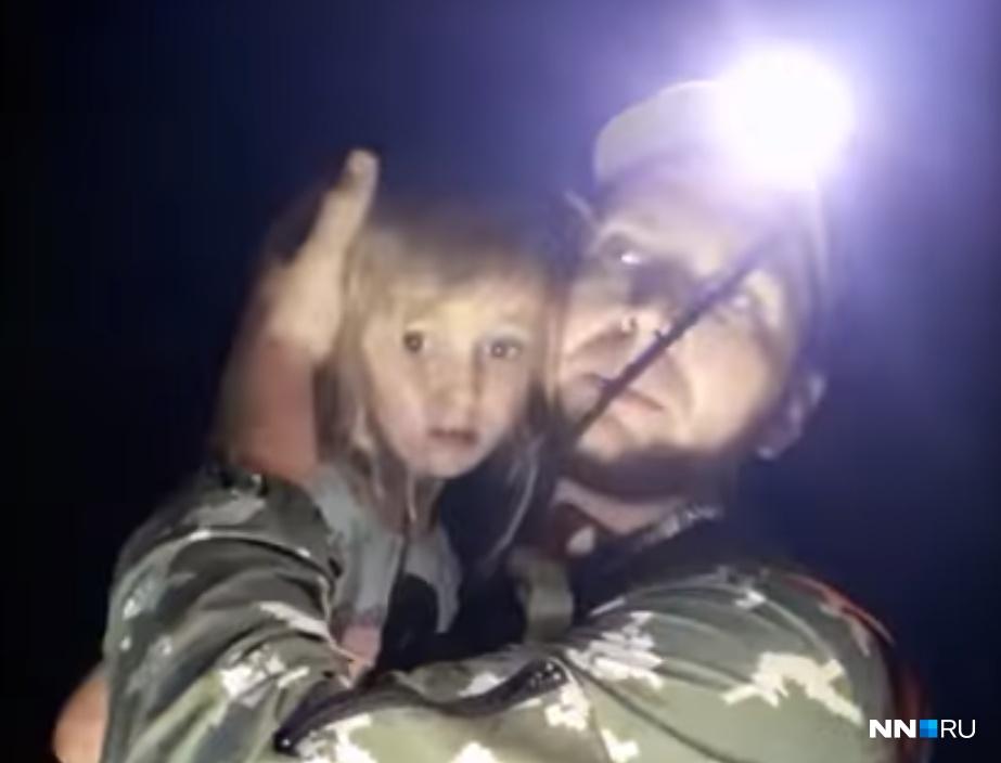 Доброволец поисково-спасательной группы «Рысь» Алексей Макаров выносит Зарину из леса на руках
