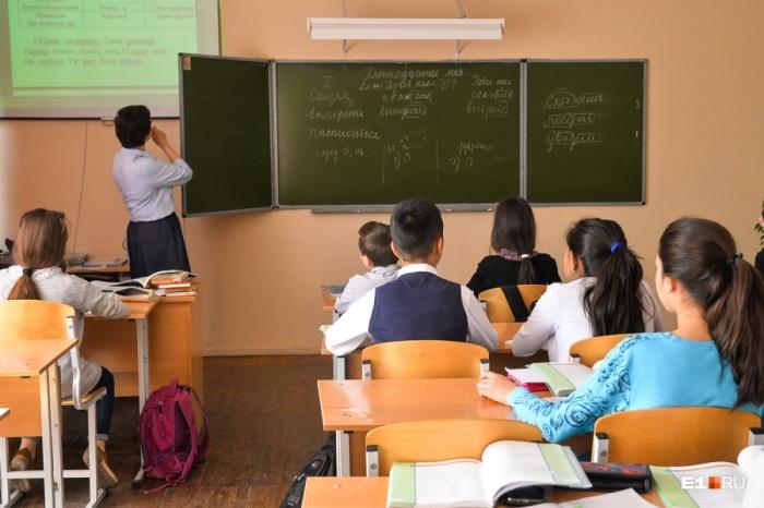Один из учителей рассказал о том, что ему, чтобы заработать 34 тысячи рублей, в школе нужно буквально жить