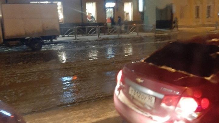 Невозможно перейти: напротив «Гринвича» затопило улицу