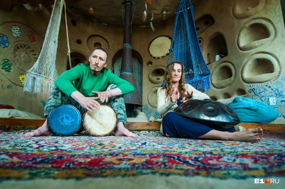 Анна сыграла нам на флейте и ханге, а Александр — на барабанах