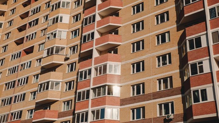 В Тюмени двое школьников застряли на крыше 15-этажки. Спуститься им помогли спасатели