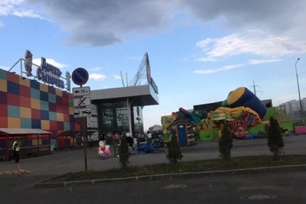 1 июня сильный ветер опрокинул батут с детьми в Тольятти