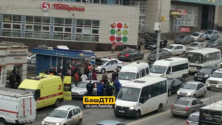 Прикинулся мёртвым: пьяного водителя в Уфе доставали из машины спасатели