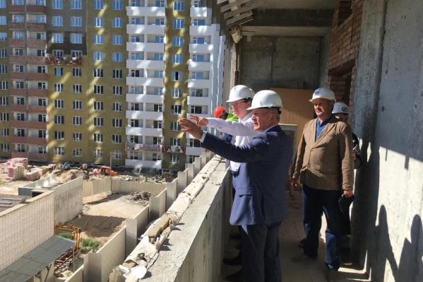 Здание осмотрели врио губернатора Дмитрий Азаров и министр строительства Александр Баландин