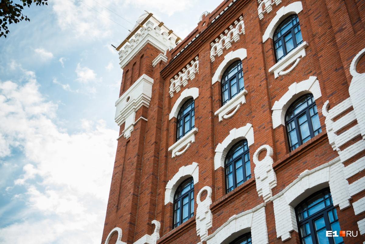 В историческом здании вставляют окна