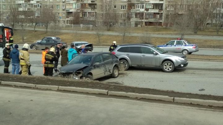 На Ново-Московском тракте Opel перелетел через разделительную полосу и врезался в машины на встречке