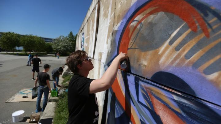 На фестивале уличных искусств граффитисты разрисовали стену Михайловской набережной