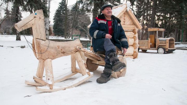 «Без работы не могу»: шахтёр из Казахстана построил деревянный городок в дендропарке возле УПИ
