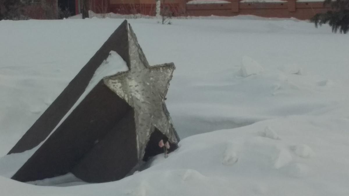 Памятник стоит возле дома Сибиряков-Гвардейцев,63