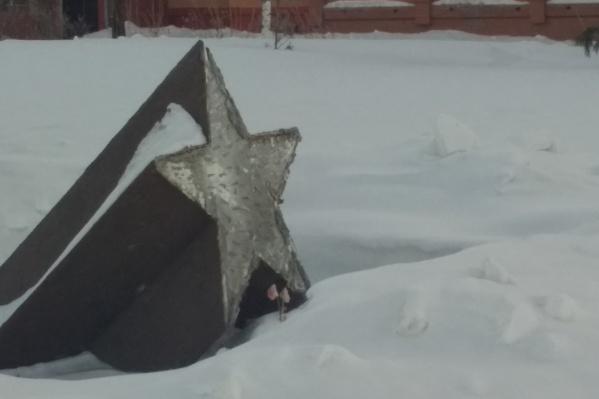 Памятник стоит возле дома Сибиряков-Гвардейцев, 63