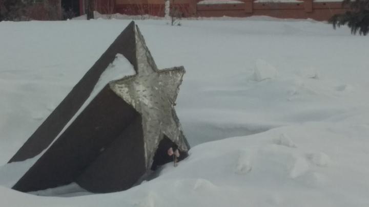 С памятника Героям Отечества на Сибиряков-Гвардейцев исчезла табличка-звезда