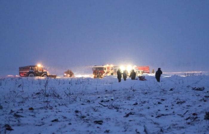 Сотрудники МЧС проводят поисково-спасательные работы на месте крушения лайнера