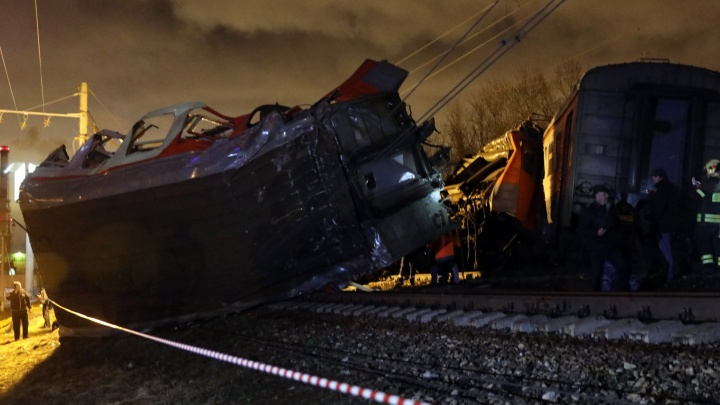 После столкновения поезда и электрички в Москве за медпомощью обратились более полусотни человек