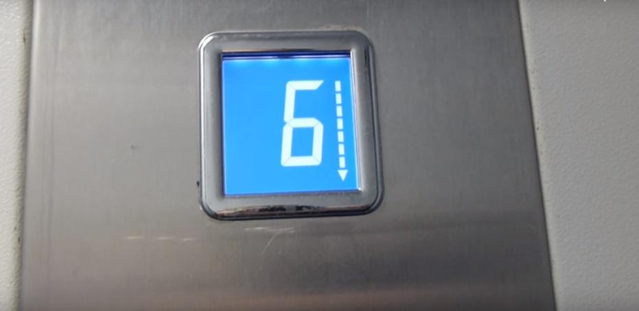 Первыми на помощь пассажирам лифта пришли сотрудники МЧС и полиция