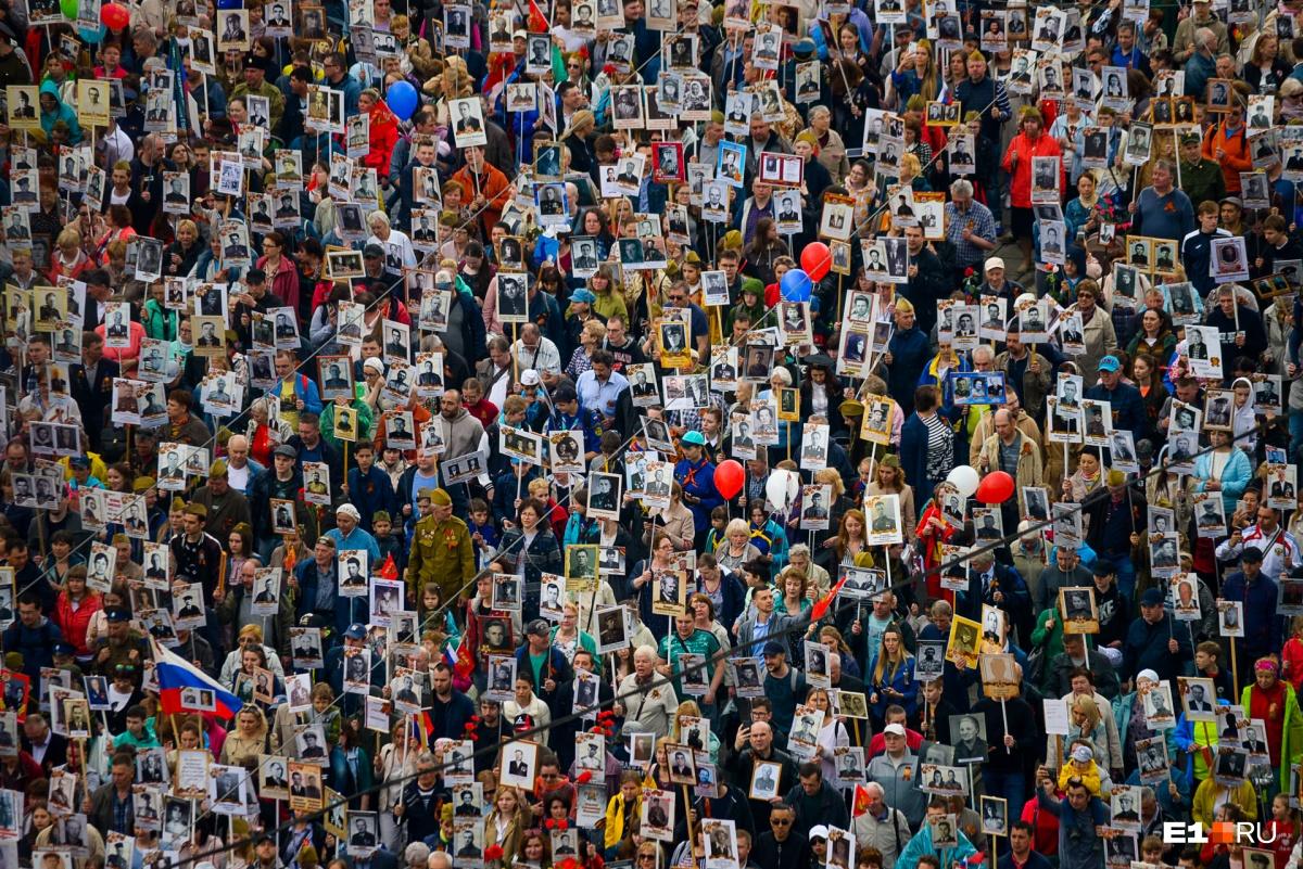 Праздновали под ливнем и градом: подборка ярких фотографий со Дня Победы в Екатеринбурге