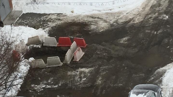 Пар окутал двор десятиэтажки на Волгоградской: из-за прорыва жители до вечера будут без отопления