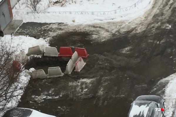 В морозный день жители остались без тепла из-за повреждения трубы горячего водоснабжения