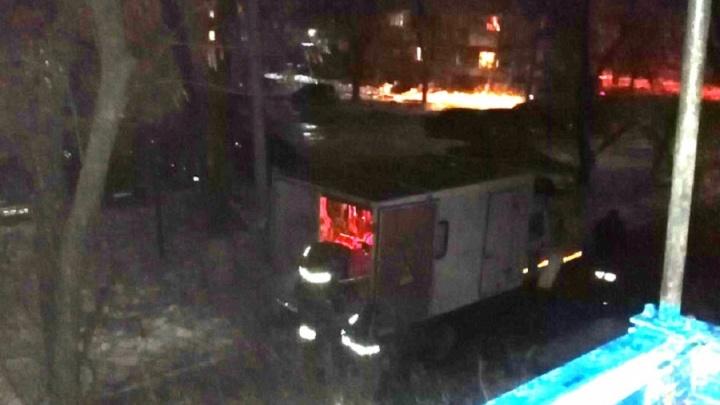 «Ждали 5 часов, а теперь курить запрещают»: к дому с треснувшей газовой трубой полдня ехала аварийка