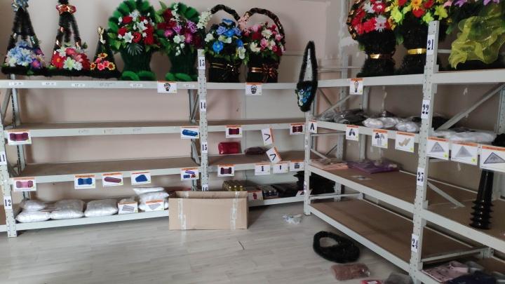 В Екатеринбурге воры украли у ритуальной конторы одежду для покойников на 300 тысяч рублей