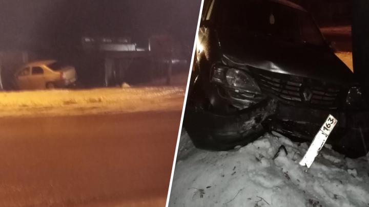 В Самарской области водитель Renault протаранил забор