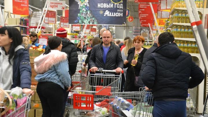 Сметают всё с полок и бьются за тележки: репортаж из ростовских ТЦ накануне Нового года