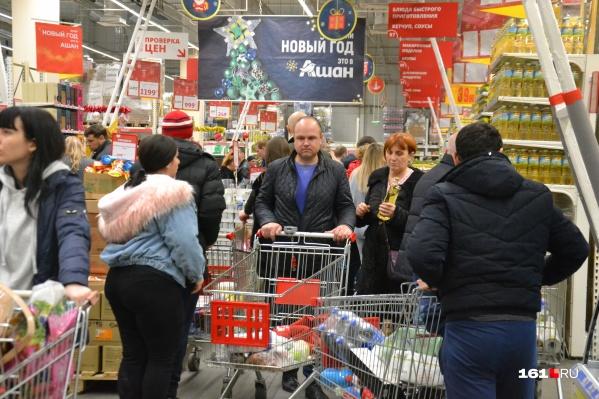 Перед Новым годом ростовчане сметают с полок всё, особенно быстро исчезают товары, на которые сейчас акция