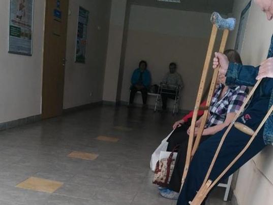 В поликлинике на Вторчермете дедушку без ноги заставили пешком подниматься на третий этаж