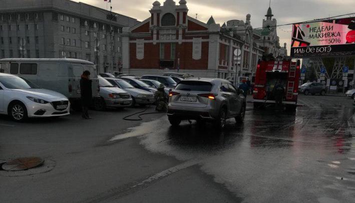 Люк на парковке в центре Новосибирска остаётся опасным: мэрия решает, что с ним делать