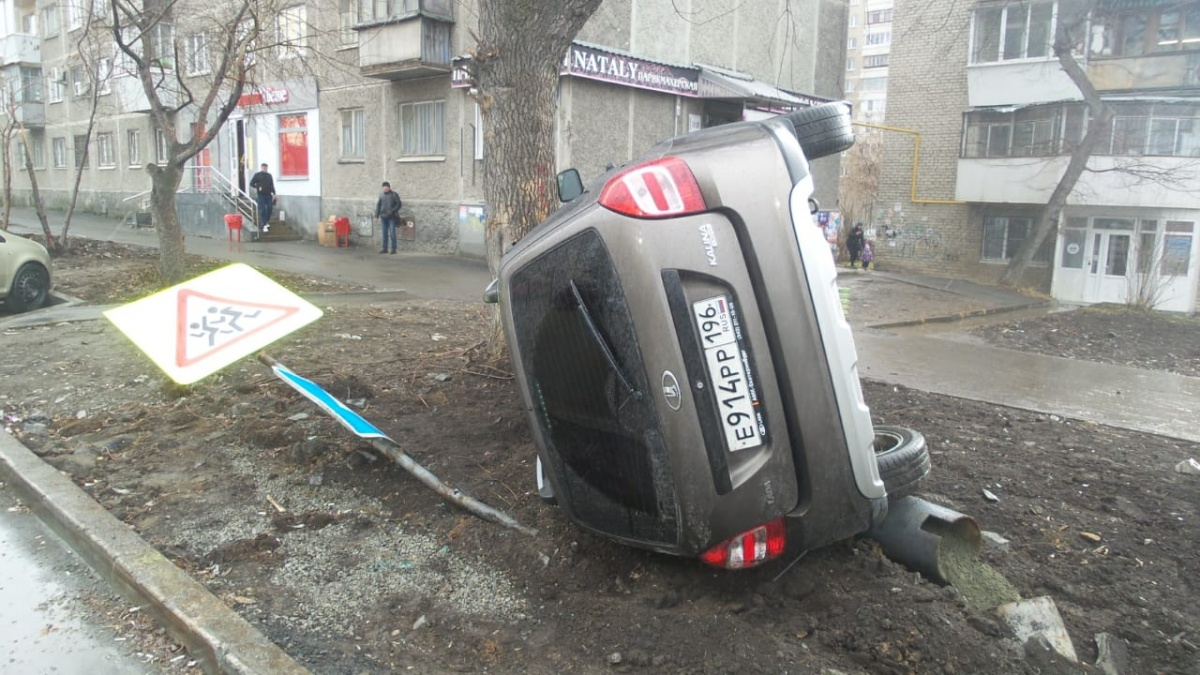 Русская легковушка повалила знаки