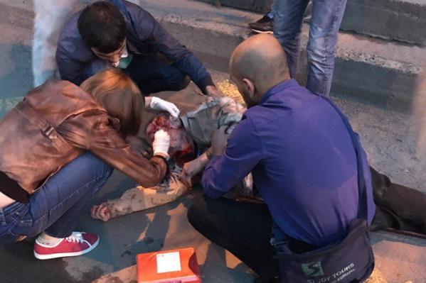 Новосибирцы обнаружили пожилого мужчину без сознания рядом с остановкой«Белинского»