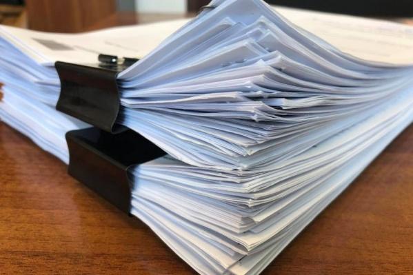 Эти 465 листов — ответ министерства социальной политики на запрос депутата о непубличных закупках учреждений и самого министерства