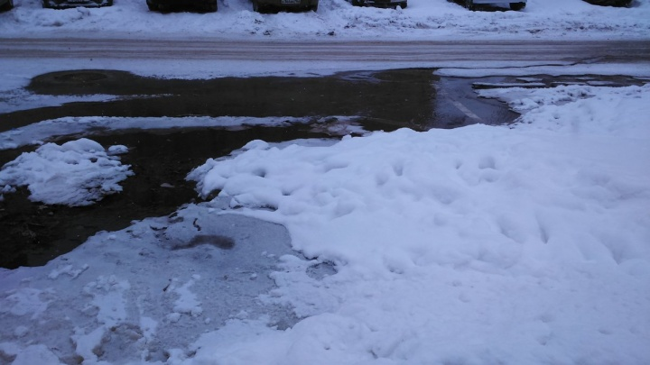 «Замерзнет — заскользим»: на пересечении Рабочей и Никитинской прорвало водопровод