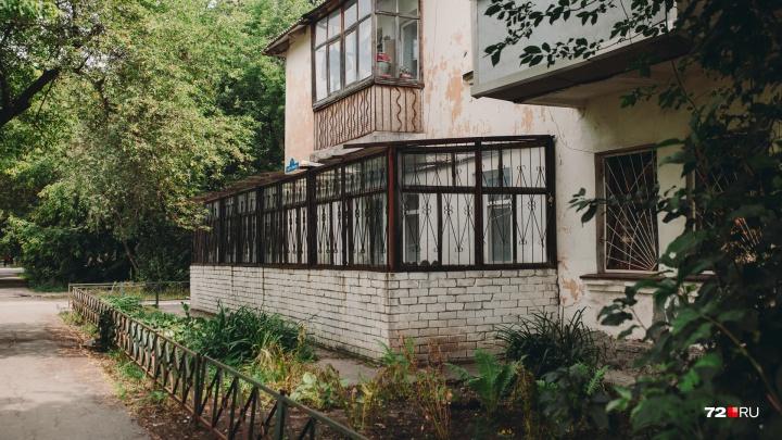 Когда квартиры мало. 6 примеров из Тюмени, как жители пристраивают к многоэтажкам балконы и террасы