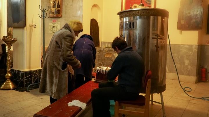 Святая вода в огромных бочках: смотрим, как начинается праздник Крещения в пермском храме