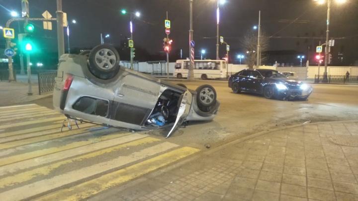 На ВИЗе Lada Largus после столкновения с Toyota Camry опрокинулась на крышу