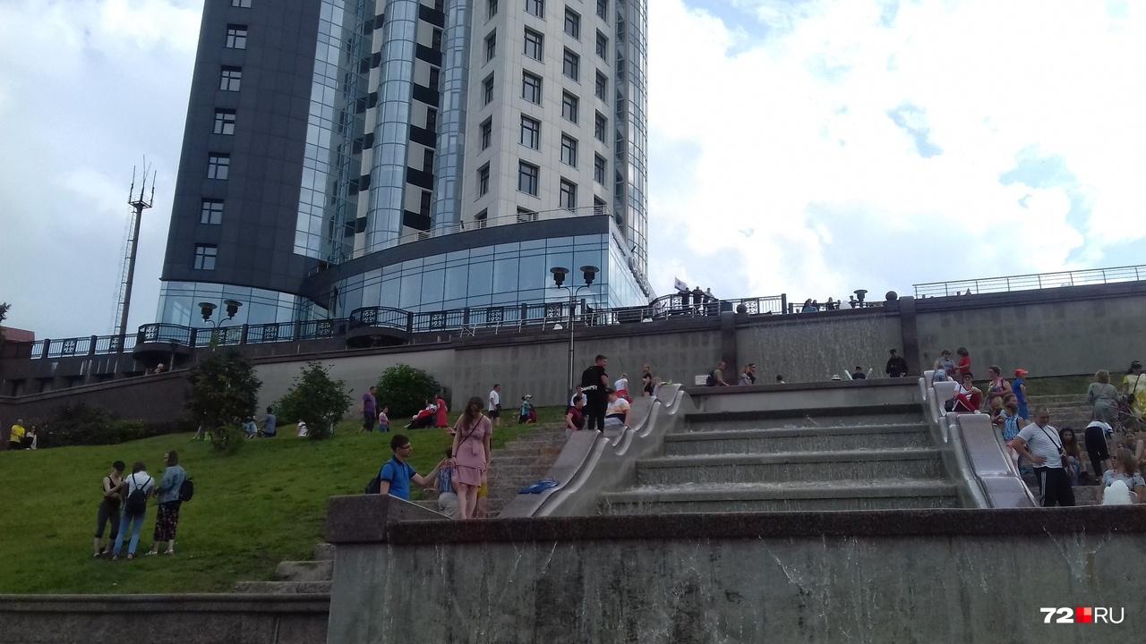 Самое популярное место на набережной — фонтан. Купаться запрещено, но кого это останавливает?