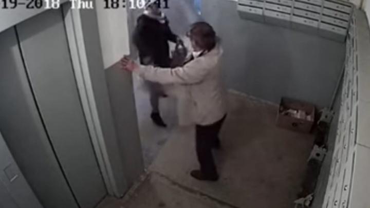 Житель Уфы напал в подъезде на двух женщин с ребёнком
