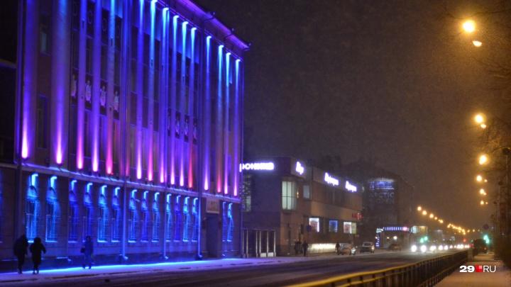 Новый год совсем близко: смотрим, как снег и фонари создают в Архангельске особенную атмосферу