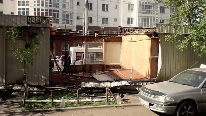 На остановке «Гостиница Октябрьская» начали сносить павильоны