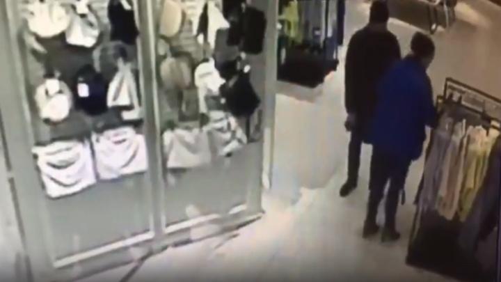 «Не парится покупать вещи»: волгоградка тайком вынесла одежду из бутика — видео