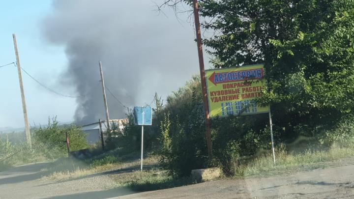 В Красном Сулине почти сутки тушат пожар на свалке