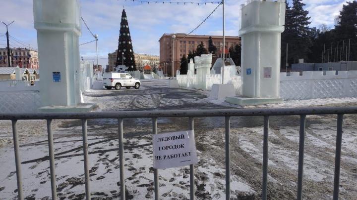 Из-за потепления в Челябинске снова закрыли ледовый городок на площади Революции