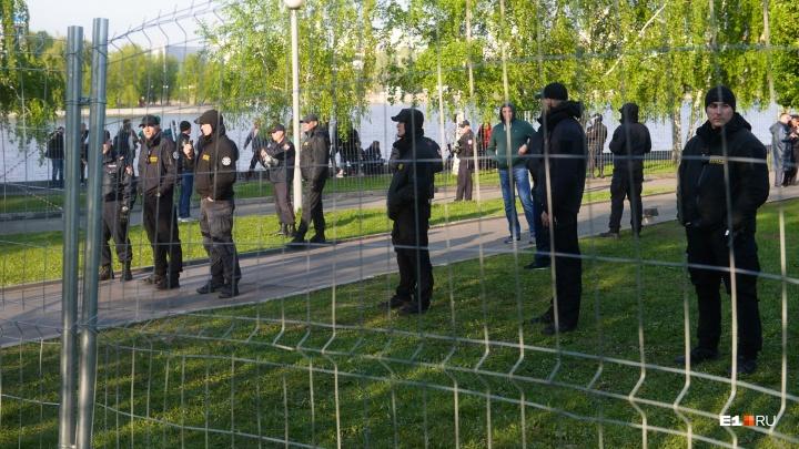 ФСБ проводит обыски у участников акции в сквере у Театра драмы