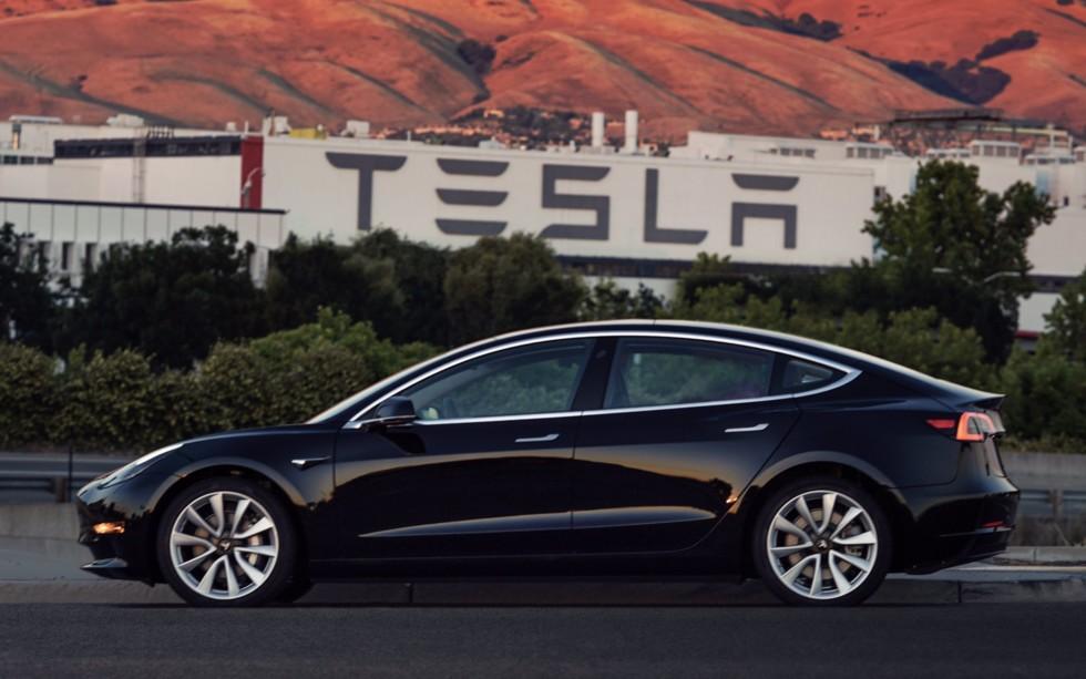 Tesla презентовала электрокар Model 3