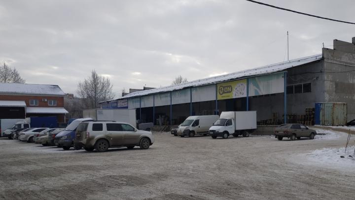 В Омске в торговые склады на улице Универсальная нагрянул ОБЭП