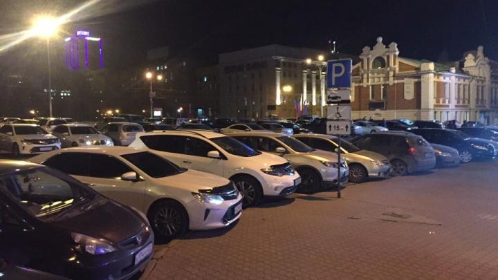 Нарушители в законе: запрет на ночную парковку на площади Ленина не сработал